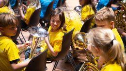 PRESSEMEDDELELSE Flere boern faar mulighed for at spille i skoleorkester