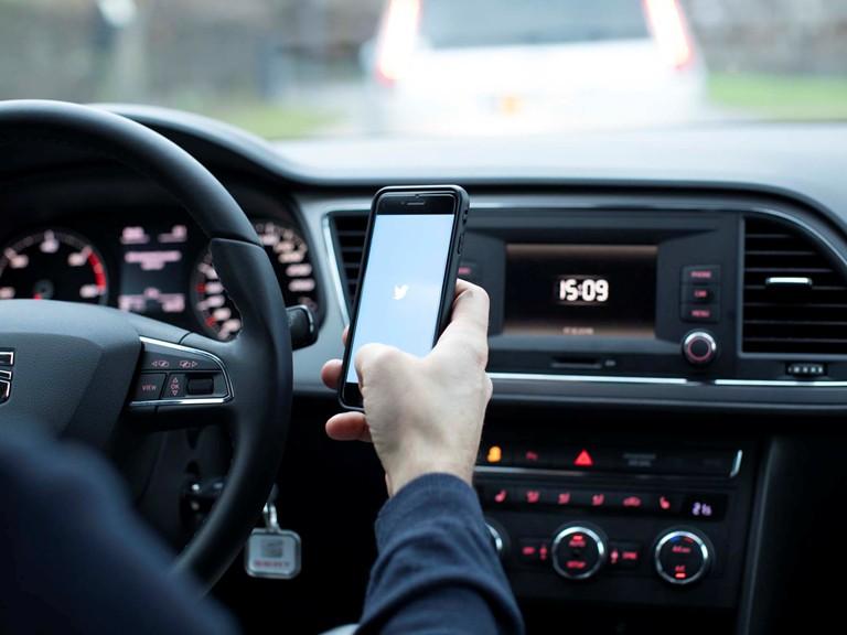 PRESSEMEDDELELSE Klip faar bilister til at droppe haandholdt mobil