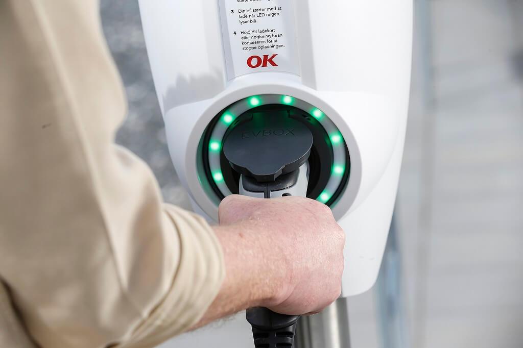 PRESSEMEDDELELSE OK og Vestas klar med groen stroem til elbiler fra verdens stoerste batteridrevne ladestander